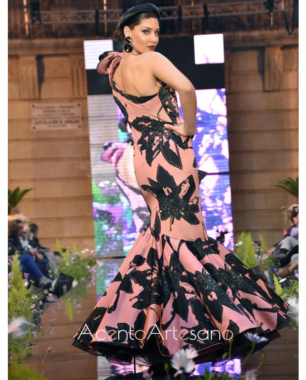 Traje de flamenca asimétrico en nude y negro de Isabel Perea