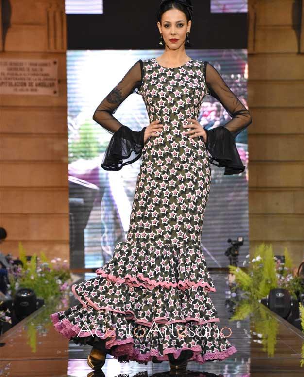 Traje de flamenca con estampado de estrellas de talle bajo de Isabel Perea