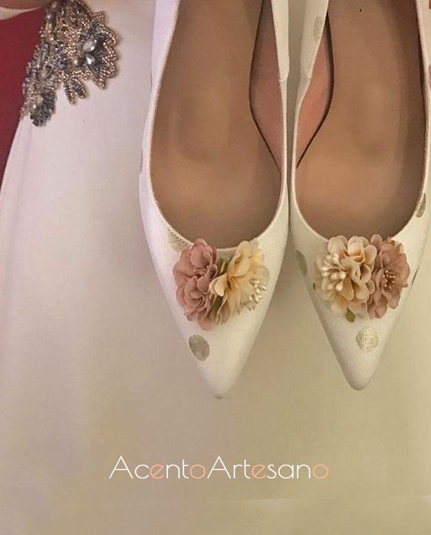Lunares dorados y flores para unos zapatos de novia en blanco de Zapatos Chelis