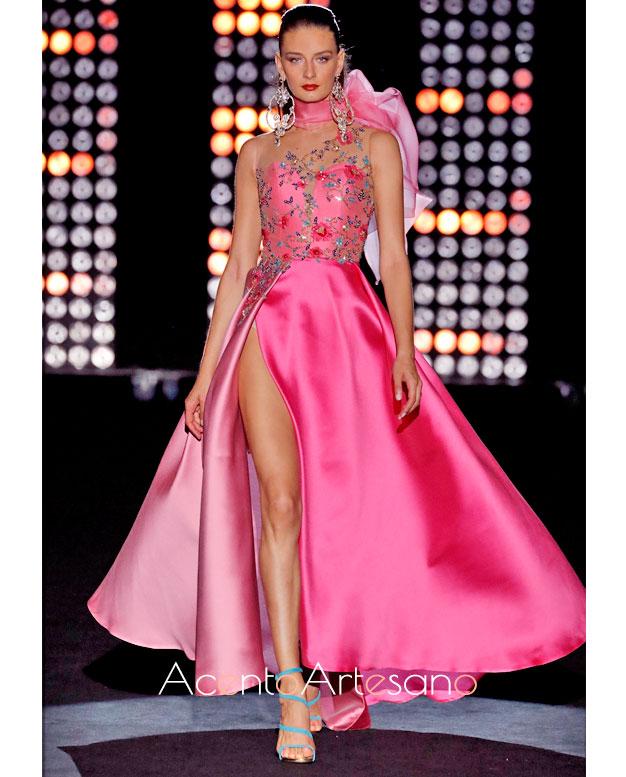 Vestido de rosa con vuelo de capa de Hannibal Laguna con cuerpo bordado y aplicaciones facetadas
