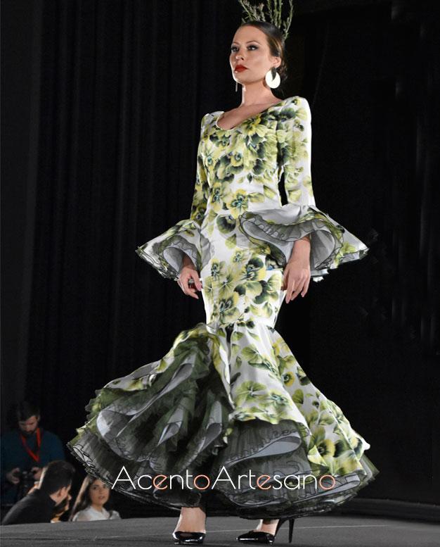 Traje de flamenca de estampado de flores grandes en verde y volante de capa de Victoria García