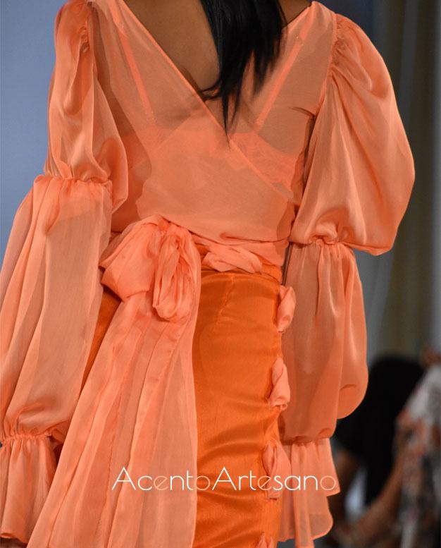 Detalle de lazada a la espalda en cuerpo cruzado en tono mandarina a juego con pantalón de Consuelo García