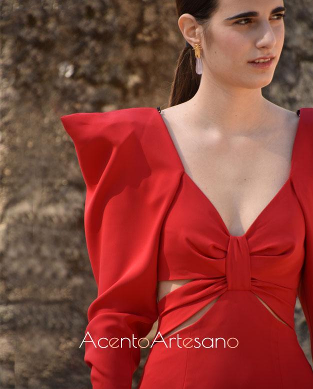 Vestido rojo con hombreras de Cardié