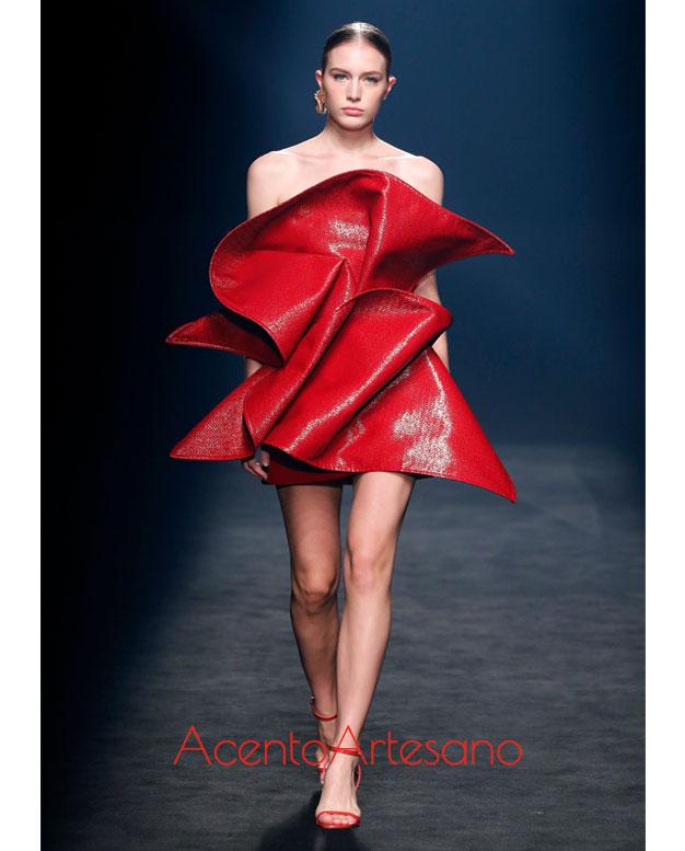 Vestido en rojo con pliegues en el talle de Isabel Sanchís en la MBFWMadrid