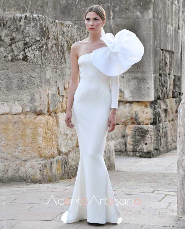 Vestido de novia de silueta sirena y flor al hombro de Nicolás Montenegro en Code 41 Trending