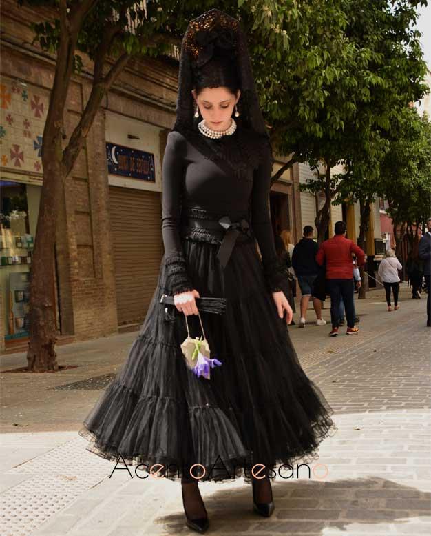 Vestido negro con vuelo canastero de Francisco Tamaral para vestir de mantilla