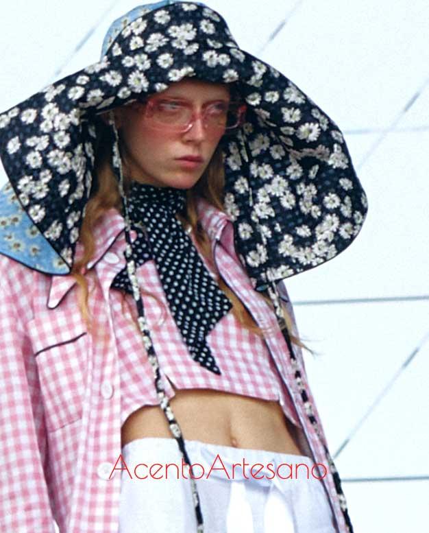 Sombrero hippie de estampado de flores para un estilismo de cuadritos vichiy de Palomo Spain
