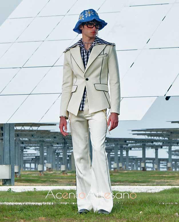 Traje sastre en blanco de pantalones flaire de Palomo Spain
