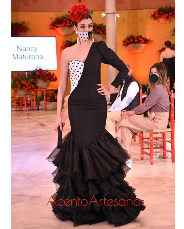 Traje de flamenca negro y blanco con asimetría al hombro de Nancy Maturana