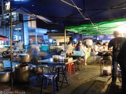 近くのnight market。観光客は他のnight marketに行くため少なく、かつ良店多し。