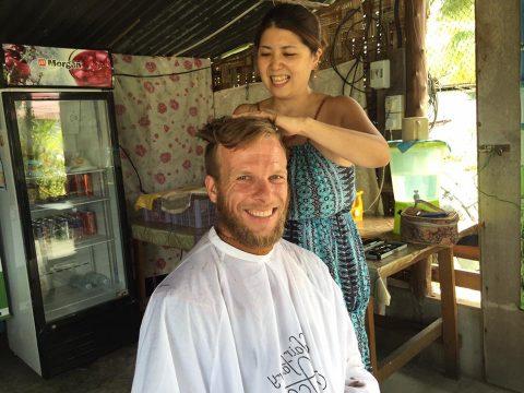 ヨルゲンの髪を切るヨリコ