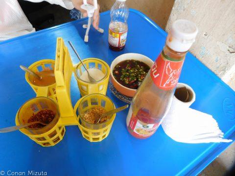 各テーブルにはもちろん多様な調味料でみんな好みの味付けにします