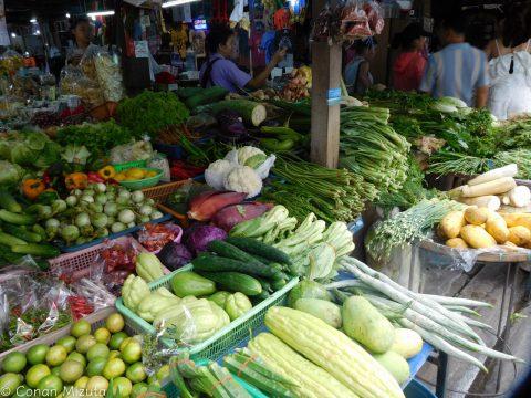 市場では食料品だけでなくいろんなものが売ってます