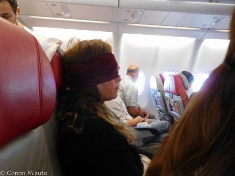 それどころかヒジャブをアイマスクにしはじめたのですが・・・。