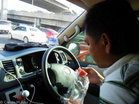 運ちゃんは途中で屋台のスイカを買い食いしながら運転