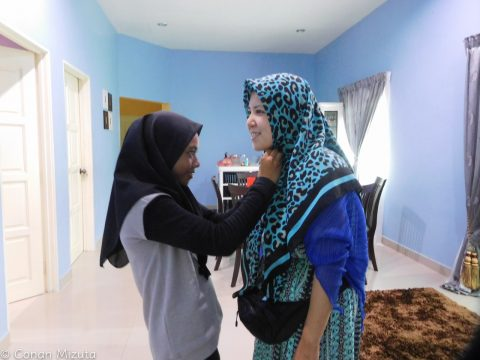 かわいいお孫さんにヒジャブを着けてもらう、もはや現地人のヨリコ