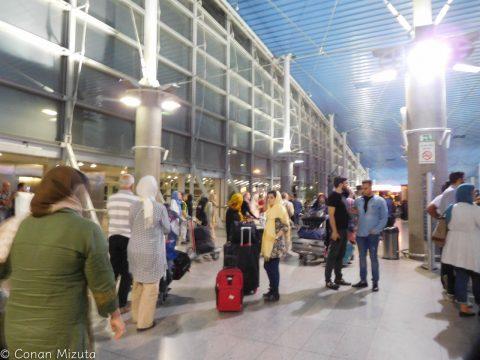 空港の出口には怪しいタクシーがたくさん待ち構えている