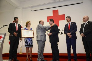 "Entregó-Cruz-Roja-Mexicana-la-medalla-""Henry-Dunant""-al-Gobernador-Eruviel-Ávila-Villegas-1"