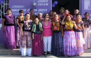 La-ombudsman-de-derechos-humanos-de-CONAPE-con-las-mujeres-tehuanas-de-la-asociación-civil-Esperanza.