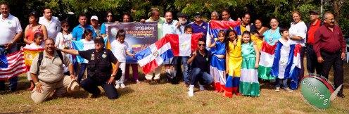 Periodistas acompañados por la bandera de sus respectivos paises