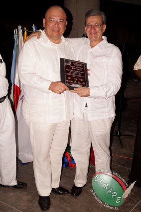 Secretario Jurídico de CONAPE, Edgar Saúl Diaz recibe pergamino de manos de Loret de Mola