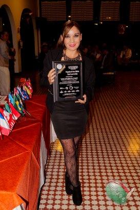 Carla Carel Morales recibe el Pergamino de Oro Rafael Loret de Mola