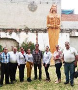 """Visitando la escultura Javier Silva, teniendo como fondo la réplica de la escultura """"La Zapotlatena"""", Diosa del maíz, que se encuentra a la entrada de Ciudad Guzmán."""