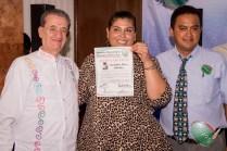 Entrega de nombramiento a Jackeline Pérez