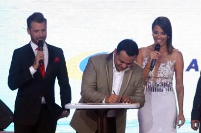 Andrés Eloy Méndez, en representación de CONATEL, firma convenio para ceder derechos de transmisión de los PNI. (Foto: Jesús Fernńadez)