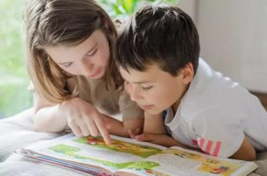 Zwei Kinder lesen ein Buch.