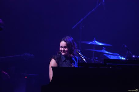 03 Norah Jones sourire - Norah Jones, la voix rêveuse