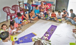 Children gather to learn about Jesus from Deaconess Betty Retana in Costa Rica.
