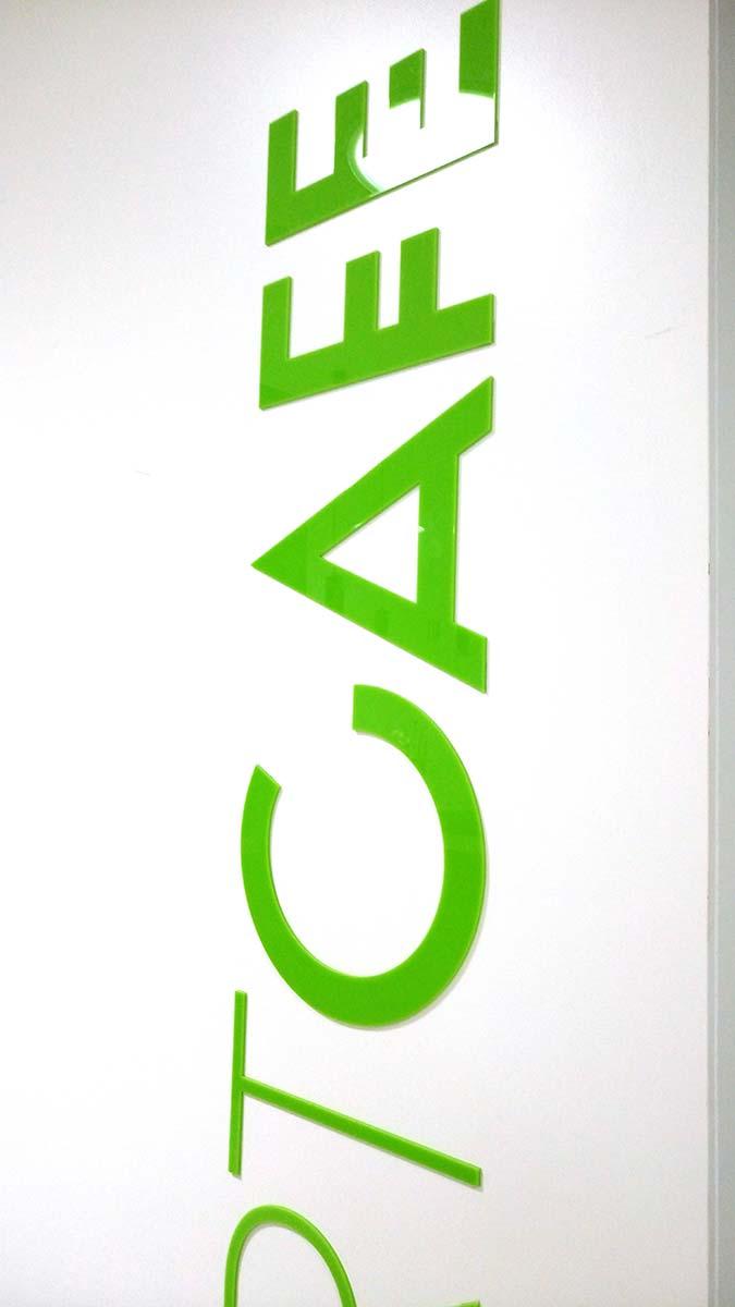 Letras corpóreas de metacrilato verde