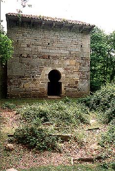 Muro norte y restos de la necrópolis de San Román de Moroso