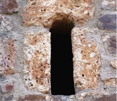 Aspillera de la cabecera de San Andrés de Enterría