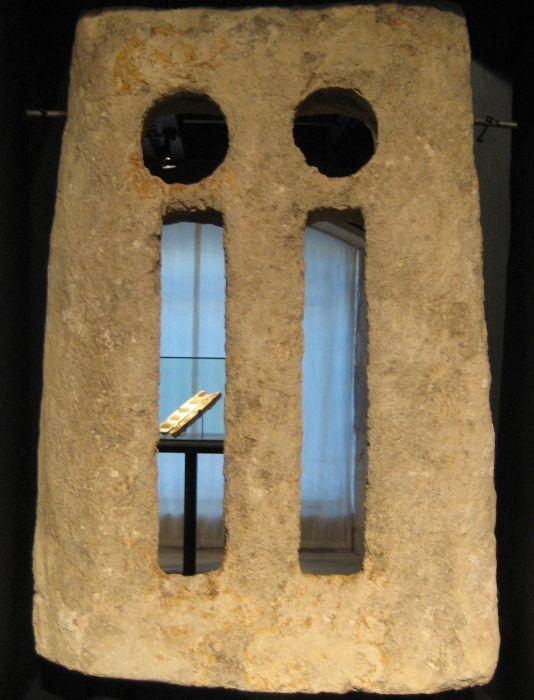 Ventana prerrománica de la iglesia de Valmayor de Cuestaurria