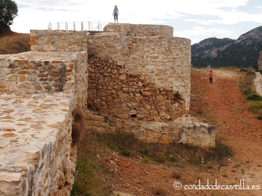 Estructura rectangular y semicircular en un torreón de Tedeja