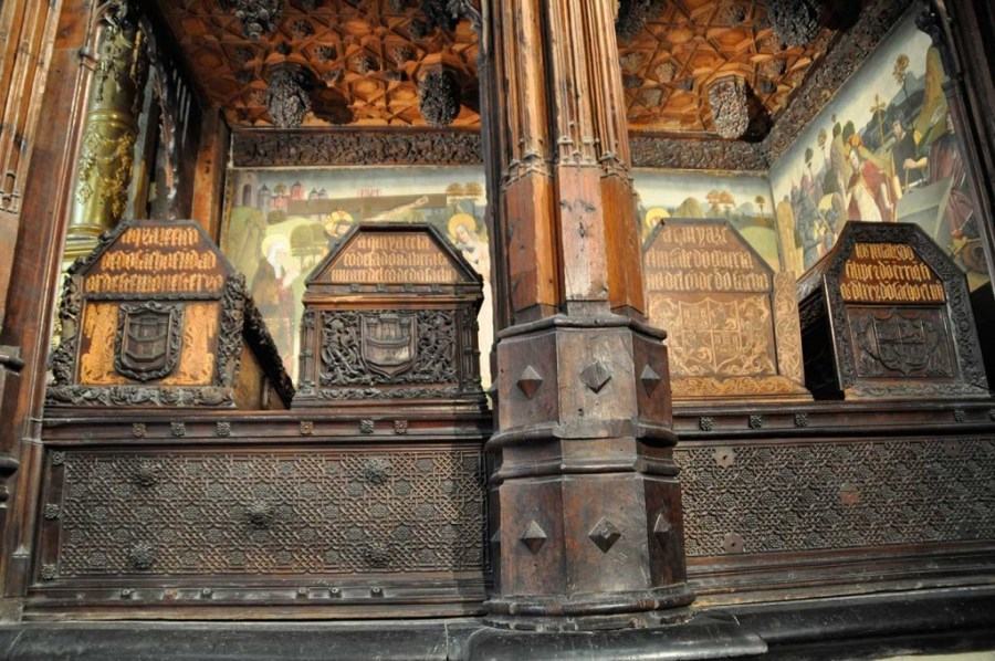 Sepulcros Sancho García y Urraca (a la izquierda) en el panteón Condal de Oña
