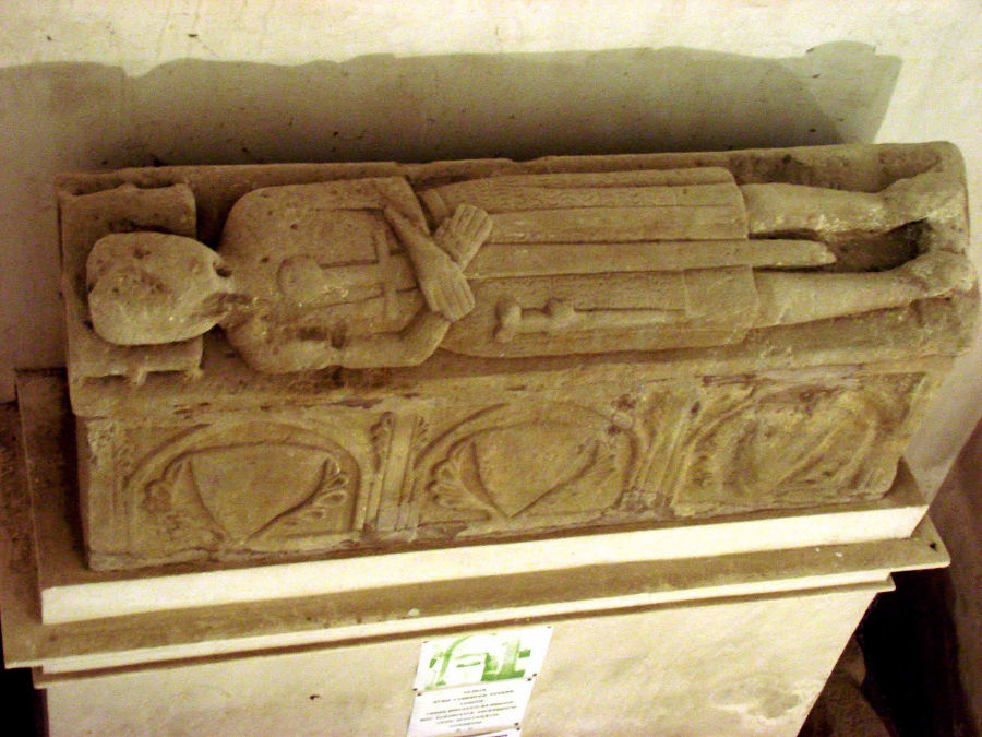 Supuesto sepulcro de Oliba Cabreta en Santa María de Sarrateix