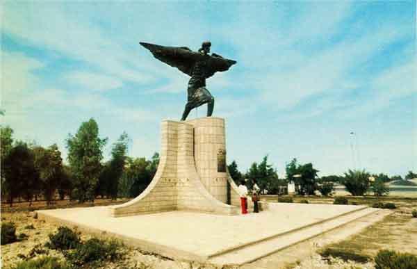 Monumento a Ibn Firnas en el aeropuerto de Bagdag