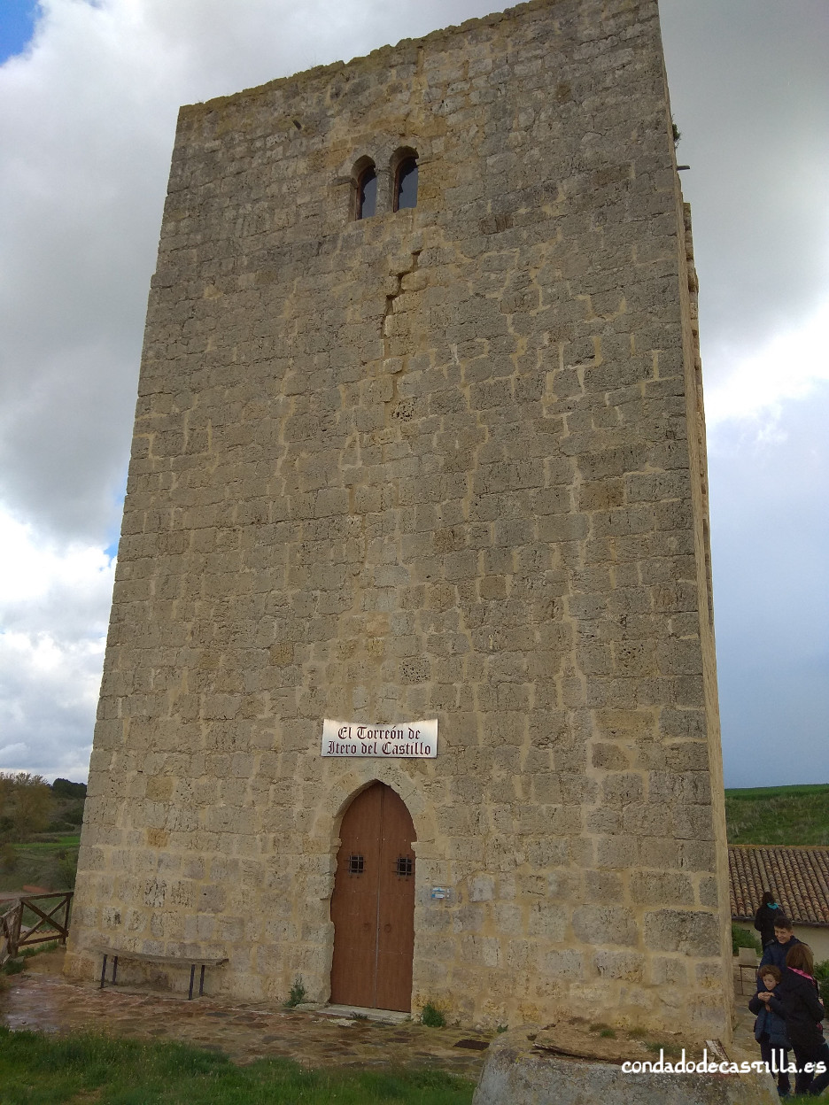 Entrada en la fachada occidental de la torre de Itero del Castillo