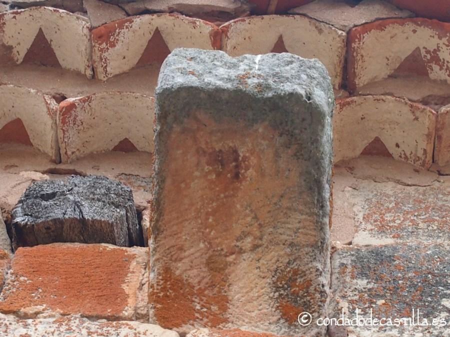 Canecillo con posible grabado animal de San Juan Bautista en Barbadillo del Mercado, el séptimo del lado norte contando de este a oeste
