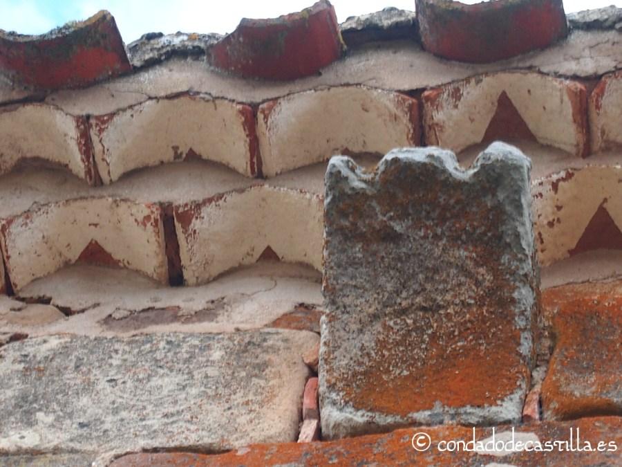 Canecillo con moldura y grabado del muro norte de San Juan Bautista de Barbadillo del Mercado. Es el primer canecillo contando de este a oeste.