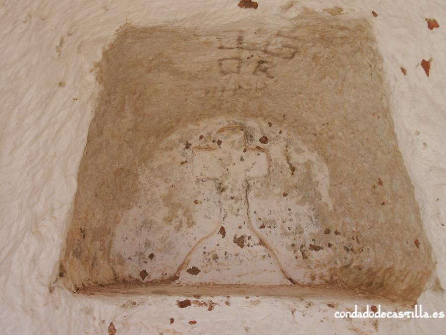 Cruz grabada en el altar de San Pedro de Argés