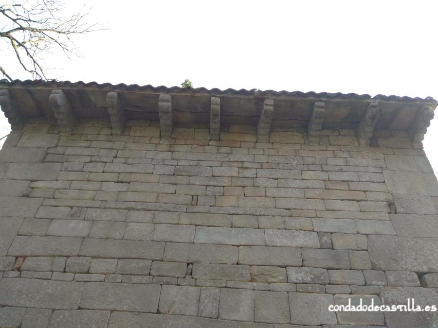Modillones y vanos del muro norte de San Román de Moroso