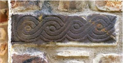 Piedra trenzada en el exterior de San Andrés de Enterría