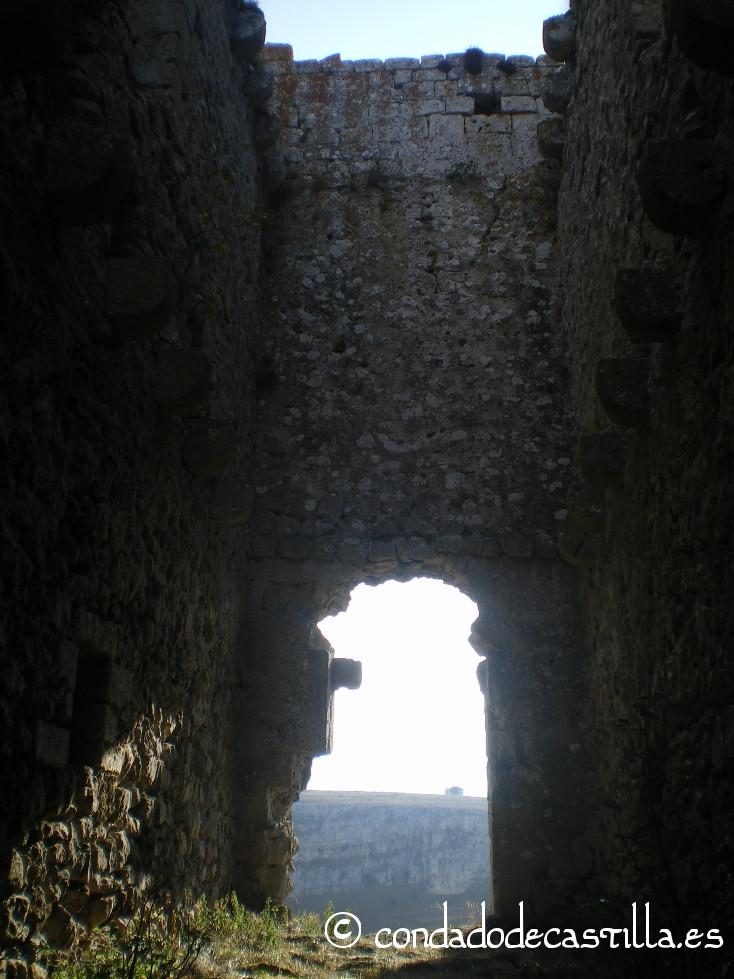 Puerta de acceso al castillo de Urbel