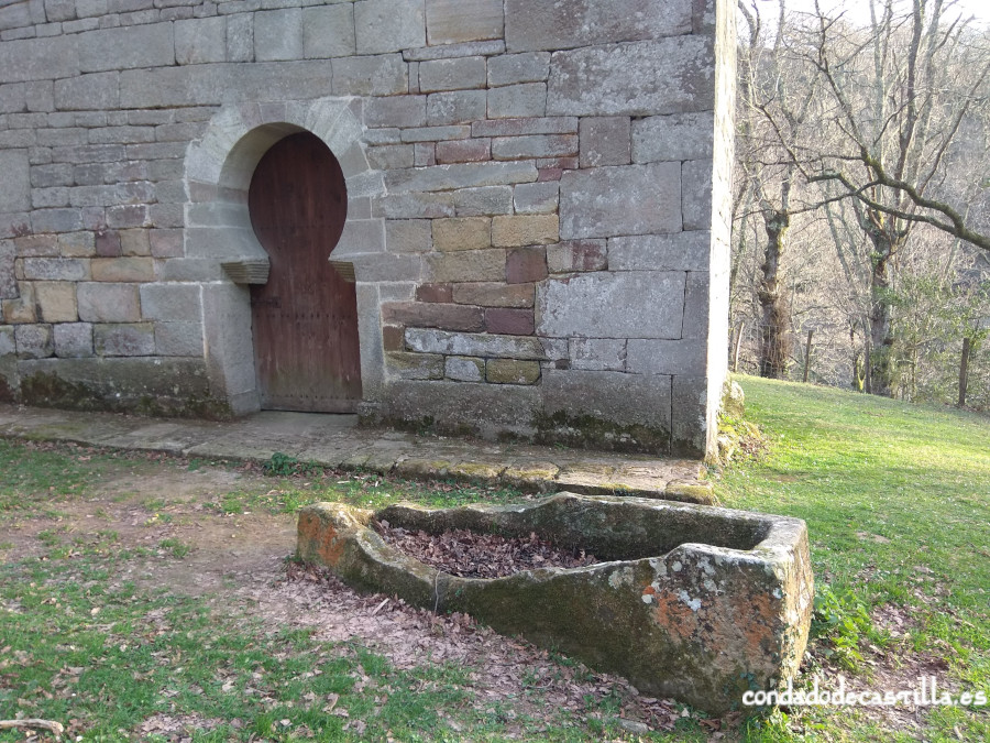 Restos necrópolis junto a la puerta de acceso a San Román de Moroso