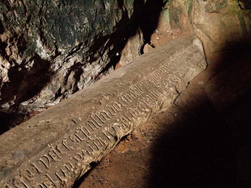 Lápida de la Cueva de Bernardo del Carpio (Tomada de https://www.santamarialareal.org/noticias/bernardo-del-carpio-caballo-entre-la-realidad-y-la-leyenda)