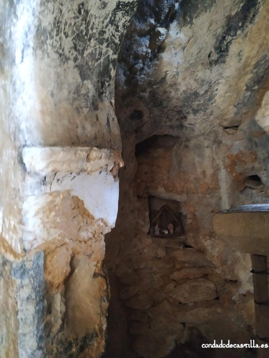 Restos de decoración pictórica en el arco de herradura de San Juan de Socueva